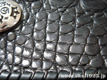 a89f3993dfe2 ワニ革の表面は無数の鱗が光を反射しガボールの中でも最高峰の財布である事を印象付けます。通常ワ二革は鱗の細かさとその均一性によりランク付けられますが、当  ...