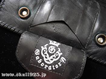 a79d021670b4 コンドームフラップは後期特有の2枚側、アトリエマークも縫い合わされた形です。コンドームポケットには当ウォレット製作者のグレッグエヴァレット氏の刻印が打たれ  ...